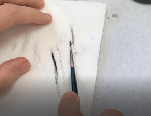 Cómo limpiar un pincel de pintura acrílica